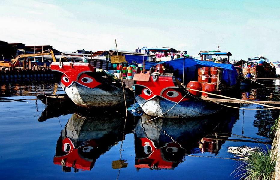 : Un village dans le Delta. On remarquera les yeux de poissons peints à la proue du navire, hommage aux déités des eaux © Tourisme Vietnam