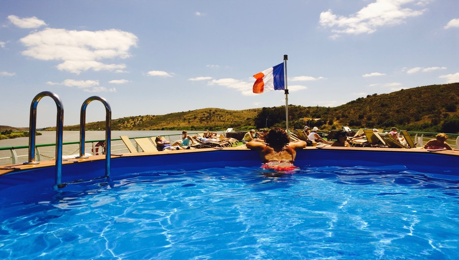 A bord de la Belle de Cadix les joies d'une baignade dans la magnifique piscine © CroisiEurope
