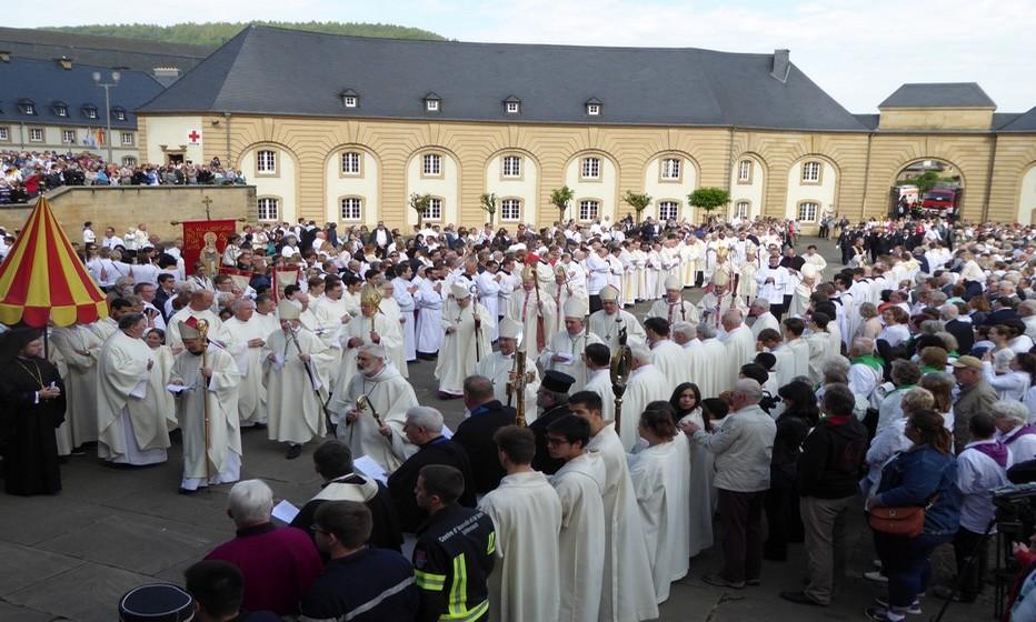 Arrivée des évêques pour la procession dansante. © C.Gary