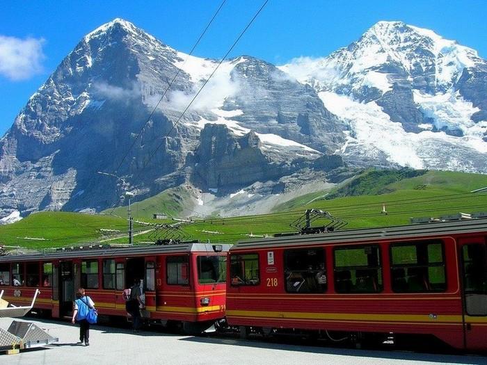 La gare de Kleine Scheidegg. Au fond l'Eiger et le Mönch. @ DR