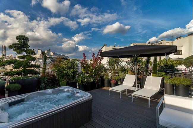 Sur les toits de Paris jacuzzi et détente  au Félicien  Cet hôtel **** doit son design à Olivier Lapidus, célèbre créateur de mode français. © Félicien by Elegancia
