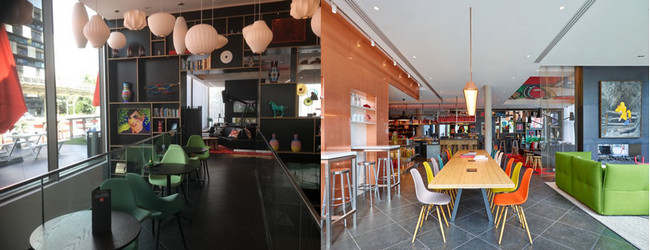 Le CitizenM offre aux voyageurs de nombreux espaces magnifiquement agencés et pour le plaisir d'y prendre ses repas. @ RB