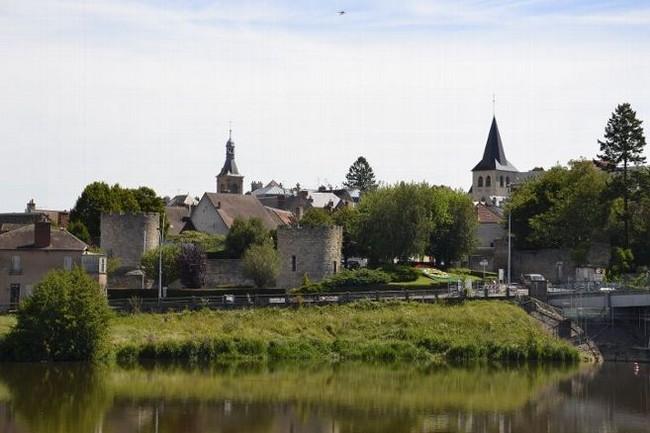 Le centre de la ville de Decize, son église et les vestiges de son château  féodal. Copyright Tourisme Nièvre