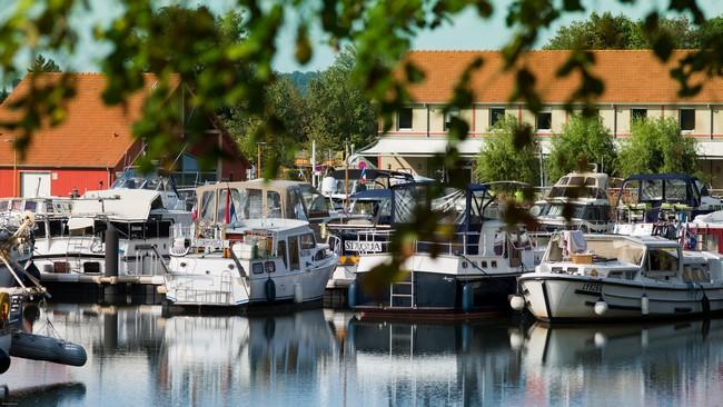 4 pontons, 120 anneaux utilisés à l'année et le petit hôtel du port de La Jonction. Copyright OT Decize