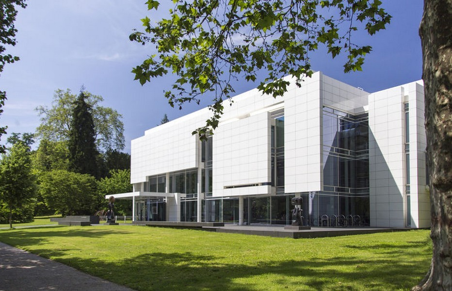 Dans les majestueux parcs et jardins de la « Lichtentaler Allee », plantée de saules pleureurs et de buissons de rhododendrons, le Musée Frieder Burda, est l'œuvre de Richard Meier. © OT Allemagne