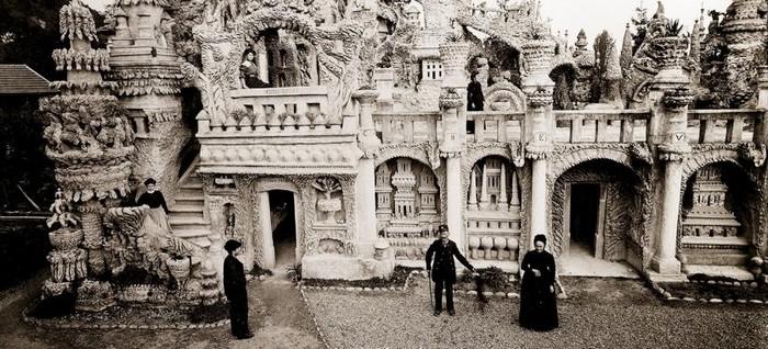 Le Palais du facteur Cheval : 1879-1912 : 10 000 journées, 93 000 heures, 33 ans d'épreuves. Il aura fallu encore 8 ans de plus pour la réalisation à 78 ans du tombeau dans le cimetière de la commune. @ Photo Archives