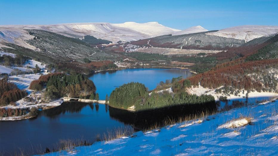 Au pied des premiers contreforts de la chaine de montagne des Breacon Beacons, à proximité immédiate d'une source d'eau pure, se dresse depuis l'an 2000 la distillerie Penderyn. @Visit Wales