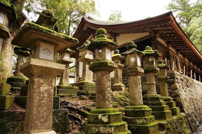 Les lanternes Shinto à Nara (Japon). Nara devenue capitale du pays au début du 8e siècle, elle prit pour modèle la ville de Xi'an, en Chine. @  Pixabay
