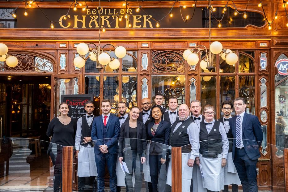 Dans son étonnant décor Art Déco, le Bouillon Chartier reste dans la tradition des serveurs en livrée et des plats de tradition.@ Bouillon Chartier