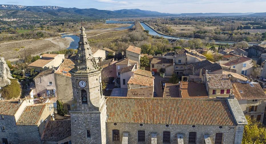 Vue aérienne du petit village de Mallemort de Provence. @ OT Provence