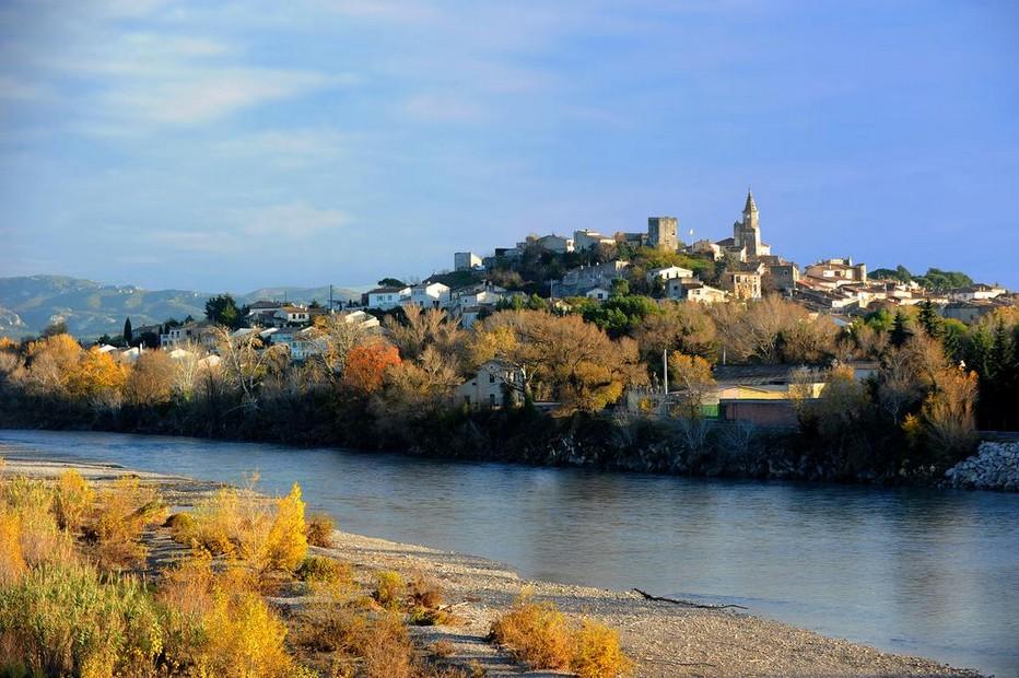 Perché sur un éperon rocheux au dessus de la Durance, frontière entre les Bouches-du-Rhône et le Vaucluse, le petit village de Mallemort  offre une vue superbe sur les Alpilles à l'ouest, les monts du Luberon à l'est. @ DR