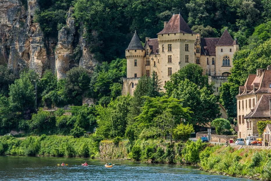 """""""La Roque Gageac près de Sarlat, capitale du Périgord noir, site touristique…"""".@ Pixabay/lindigomag"""