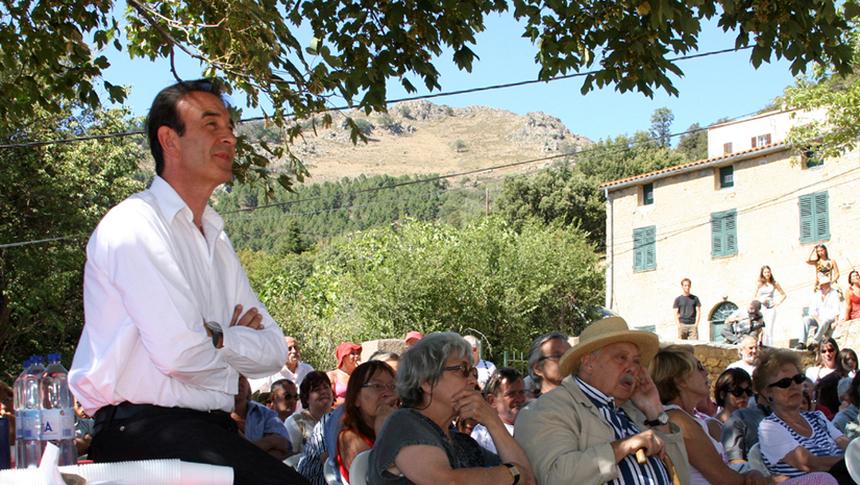 Robin Renucci au milieu du public dans la commune d'Olmi Cappella/David Raynal