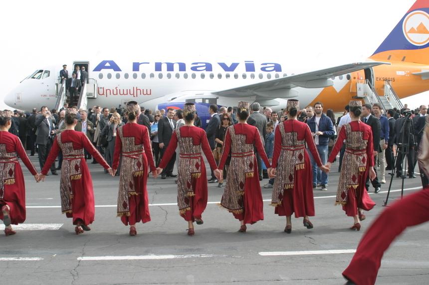 groupe folklorique pour l'inauguration du nouvel avion