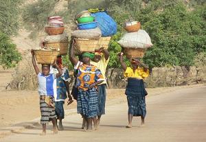 Femmes maliennes allant au marché