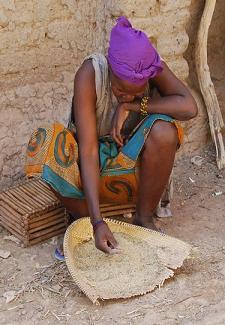 femme malienne triant le riz