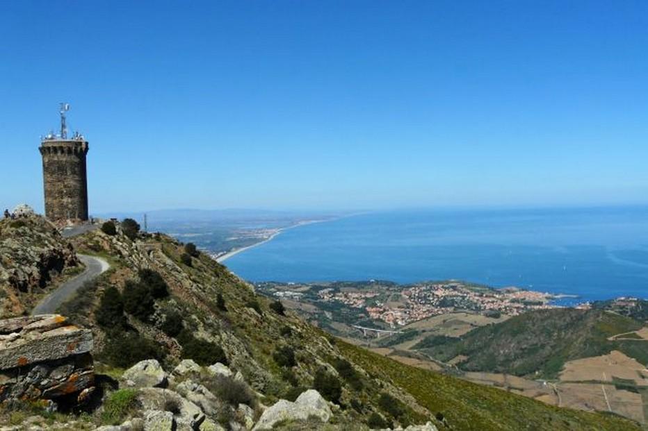Sur le chemin vers la tour de la Massane, ici une vue de la tour Madeloc sur les hauteurs de Collioure, un panneau indique au randonneur qu'il se trouve sur les Chemins de la liberté. @ Pixabay/lindigomag