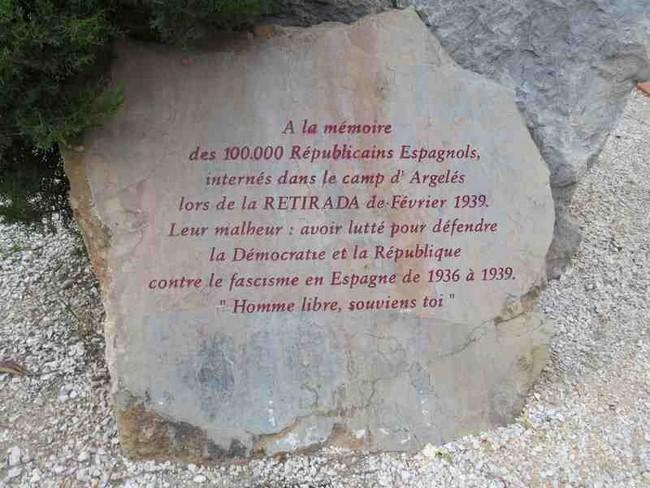 Stèle à la mémoire des 100.000 républicains espagnols internés dans le camp d'Argelès-sur-Mer -  @ argelès-sur-mer.com