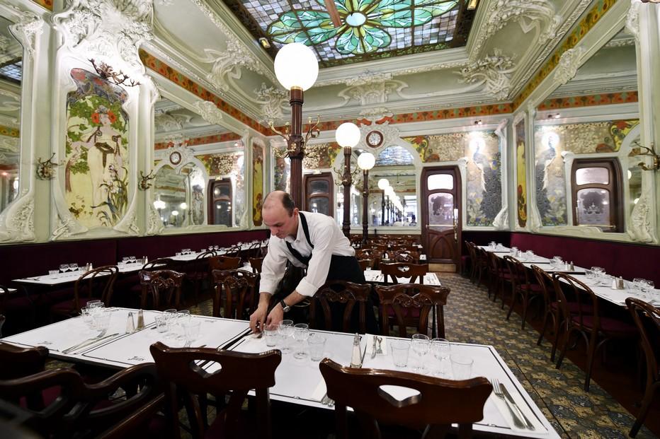 Non loin de la gare de l'Est, le « Bouillon Julien » est une invitation à déjeuner ou à dîner dans un cadre Art nouveau… et pour pas cher. ©Alexandre Marchi