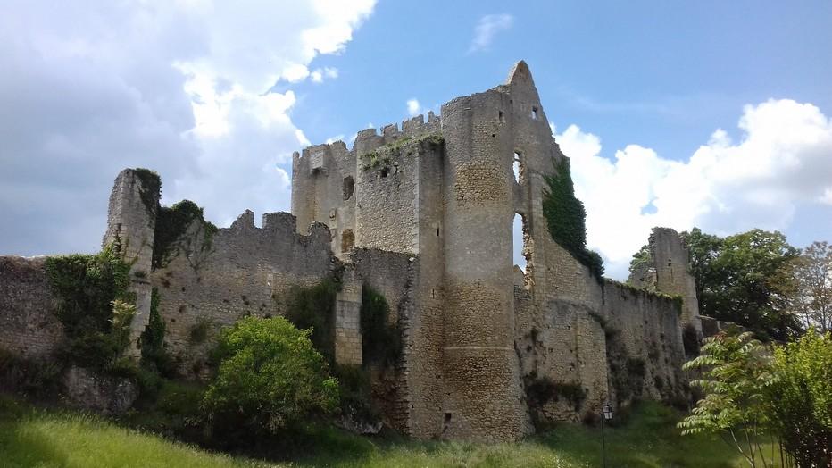 La forteresse dresse sur son promontoire rocheux ce qui lui reste de murs du 11e siècle . @ C.Gary