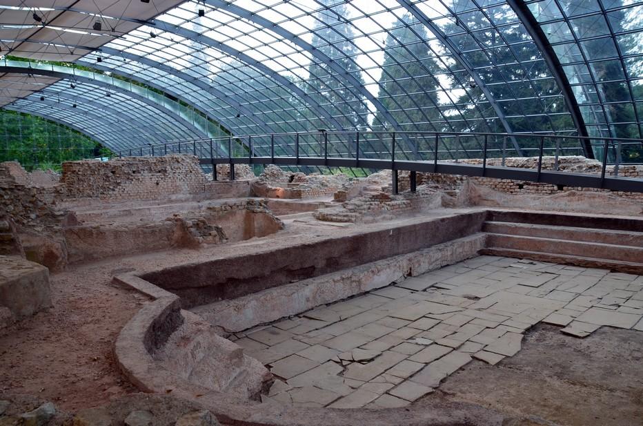 Les thermes romains de Badenweiler sont communément considérés comme les mieux conservés au nord des Alpes. Depuis 2001, un toit de verre spectaculaire et plusieurs fois primé protège les vestiges des thermes. Il est l'œuvre du bureau d'ingénieur Schlaich, Begermann und Partner à Stuttgart. Crédit photo David Raynal.