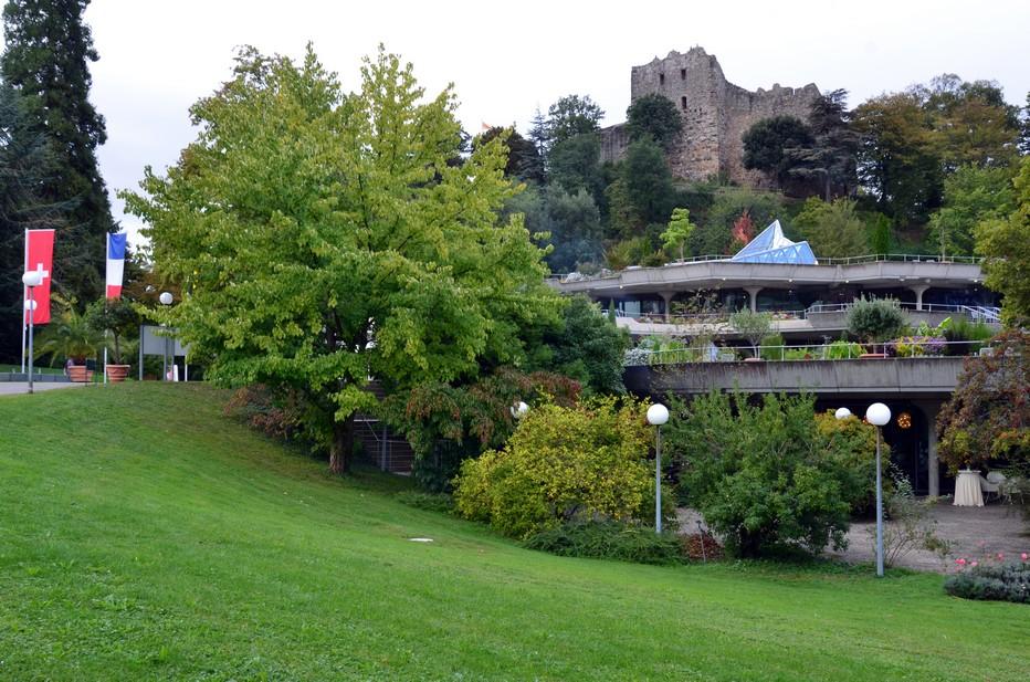 Visible de loin, le château-fort médiéval de Badenweiler(Burg Badenweiler) se dresse au-dessus de cette station thermale du sud de la Forêt-Noire. Au XIXe siècle, les ruines du château ont été intégrées dans un magnifique parc paysager de style anglais. Crédit photo David Raynal.