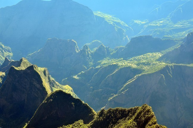 la végétation renaît rapidement après le passage de la roche en fusion. Ici un ancien cratère le cirque de Mafate. @ David Raynal