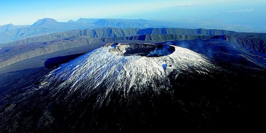 La Réunion : Le Piton de  La Fournaise sous la neige. @ IRT Serge Gelabert