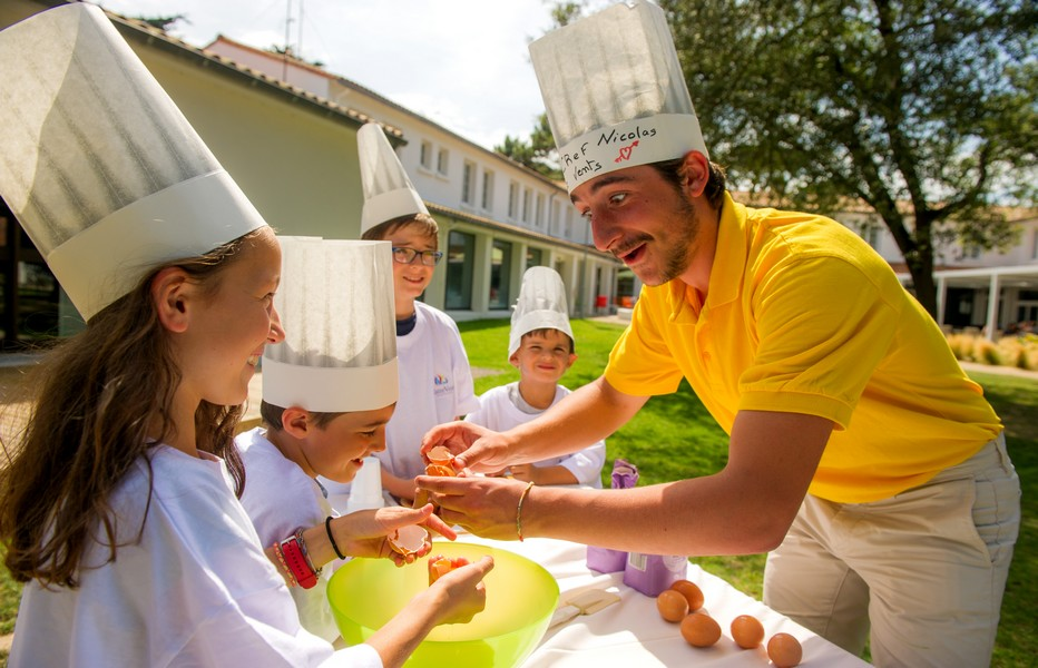 Parmi les nombreuses activités pour les grands et les petits, un des chefs cuisiniers initie les enfants à la cuisine. @4 Vents