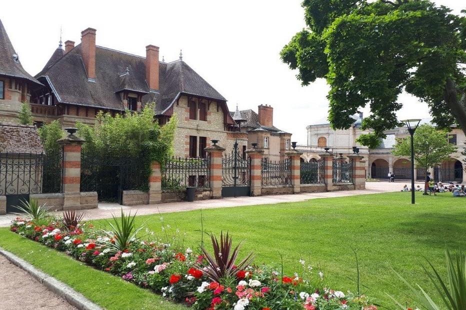 Maison Mantin et au fond musée Anne de Beaujeu. @ DR