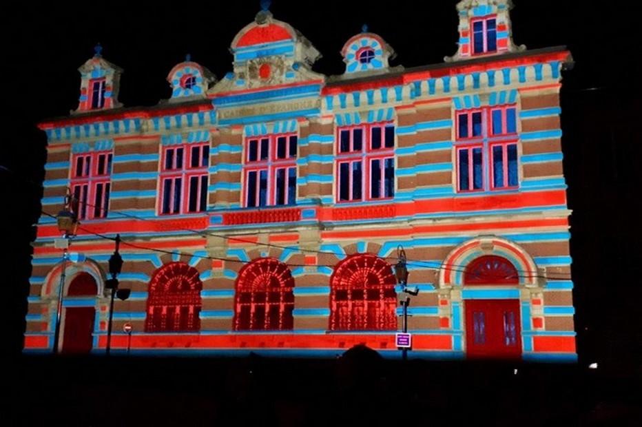 La ville de Moulins en pleine lumière... Ici La Caisse d'Epargne . @ Luc Olivier CDT