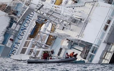 Le Costa Concordia au large de l'île de Giglio, en Italie le 15 janvier 2012. AP Photo/Gregorio Borgia