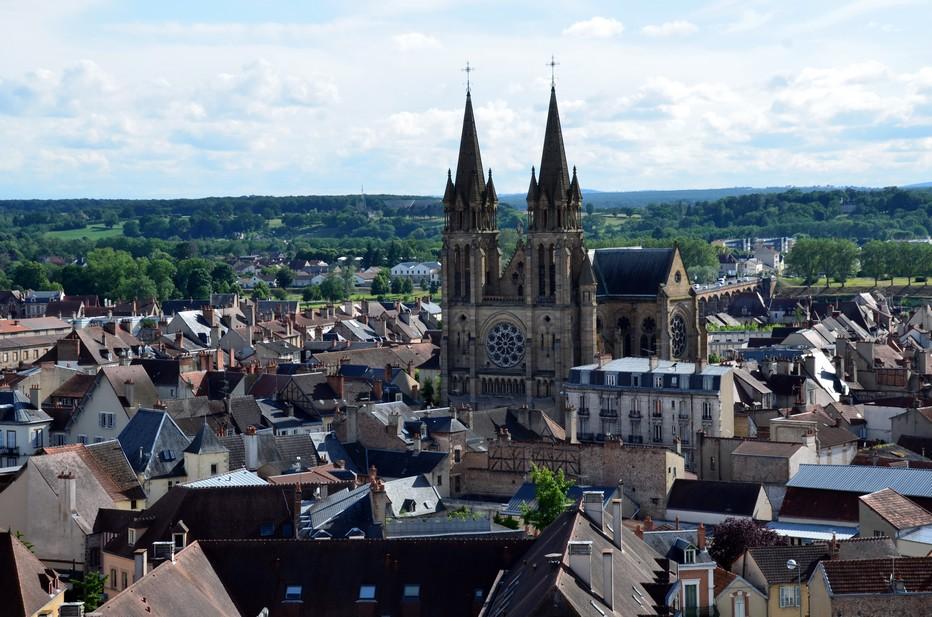 Au cœur de la ville de Moulins, à côté du musée Anne-de-Beaujeu, se dresse le plus vieux monument de la ville. Appelé communément « La Mal Coiffée » au sommet  du site  la   tour défensive, la courtine révèle alors une vue imprenable et inédite sur Moulins et le Bourbonnais, sans doute l'une des plus belles.@ David Raynal