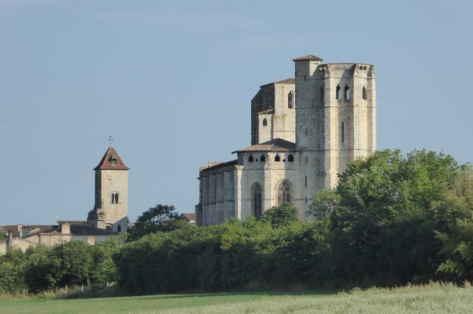 La Collégiale Saint-Pierre de La Romieu s'annonce de loin. @ C.Gary
