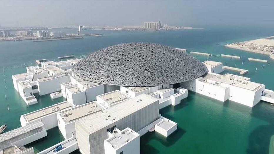 Dans une magnifique structure abritée par un dôme conçu par l'architecte Jean Nouvel et situé dans le quartier culturel d'Abu Dhabi sur l'île de Saadiyat, le Louvre Abu Dhabi a célébré son ouverture au public en novembre 2017 @ Louvre Abu Dhabi