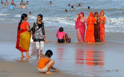 Femmes indiennes sur la plage de Puri