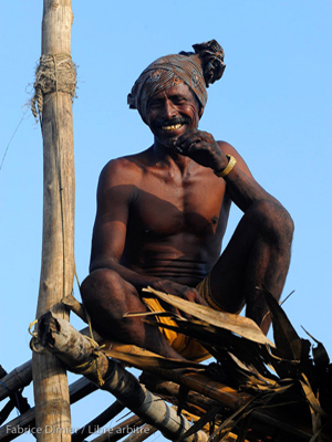 Pêcheur au repos  sur le toit de sa cabane