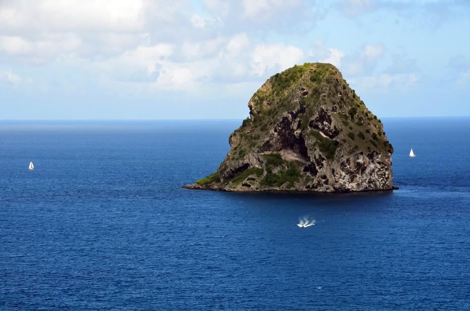 Le rocher du Diamant est une petite île inhabitée située dans la mer des Caraïbes au sud-ouest de la Martinique, à deux kilomètres environ de la pointe du Diamant, dans le canal de Sainte-Lucie. Crédit photo David Raynal.