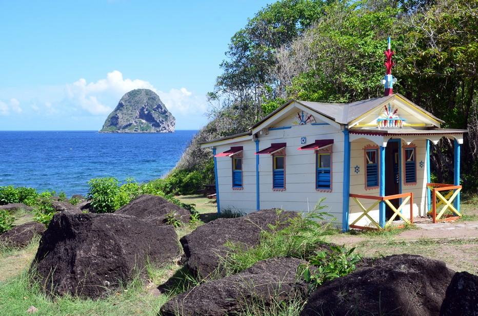 La maison du bagnard se présente comme une adorable petite case aux couleurs vives et chatoyantes face à l'immensité de l'Atlantique. Crédit photo David Raynal.