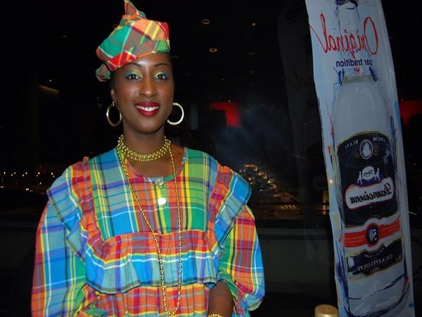 Une guadeloupéenne en costume traditionnel.