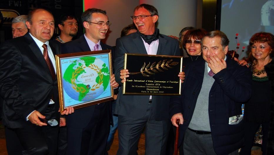 Hervé Damoiseau (au centre), l'écrivain Paul-Loup Sulitzer (à droite), Eric Duluc (1er à gauche),  président de la fédération internationale de tourisme et Nicolas Legendre de Spiridom.