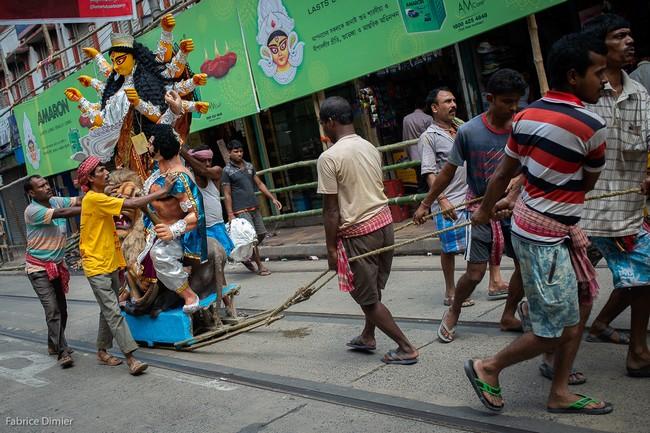 Une fois terminées, les effigies de Durga sont acheminées vers les Pandals. @ Fabrice Dimier