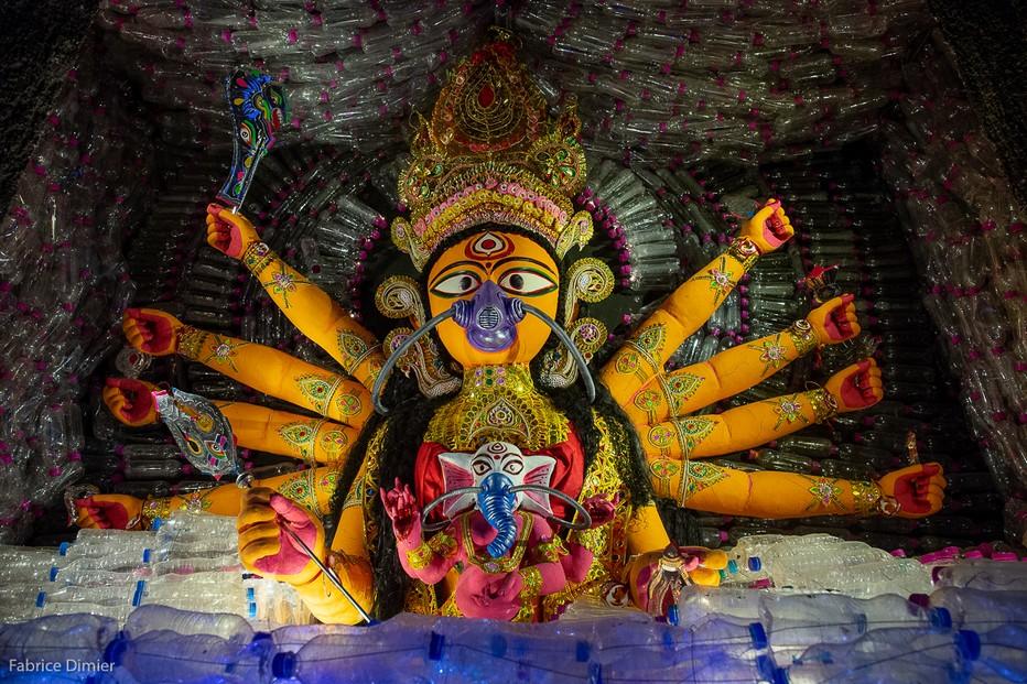 Ce pandal a pour thème les riques liés à la polution d'où le masque porté par Durga.. @ Fabrice Dimier