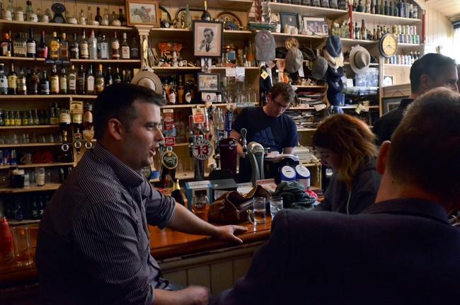 Le J. Curran's Pub avec en arrière plan un portrait dédicacé de l'acteur Robert Mitchum qui était venu en 1969 à Dingle pour le tournage de la Fille de Ryan réalisé par David Lean @ David Raynal.