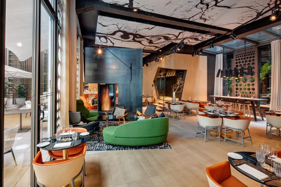 La salle très conviviale et élégante du restaurant du Cinq Codet décoration signée signée Jean-Philippe Nuel . @ JPREROVSKY
