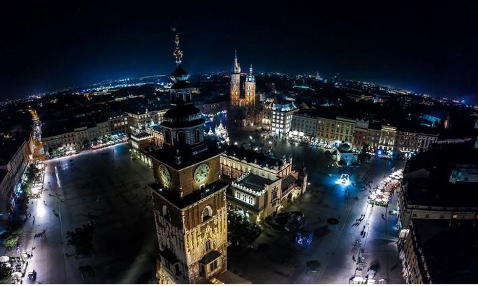 Le hejnal est une mélodie traditionnelle polonaise, interprétée par un trompettiste toutes les heures, qui joue successivement vers les quatre points cardinaux, du haut de la tour la plus élevée de la basilique Sainte-Marie. © Jarosław Kozikowski.