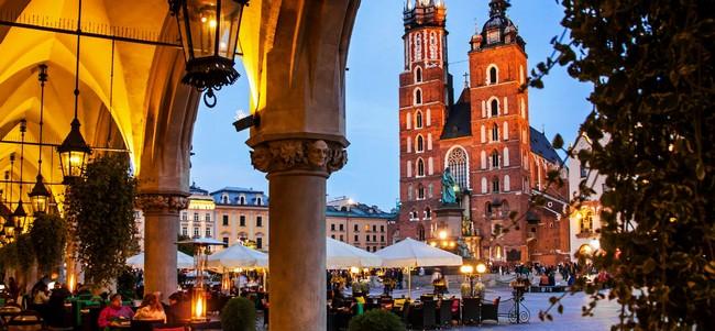 Aujourd'hui la Rynek Główny, la fière esplanade en forme de quadrilatère est entourée de bars et de restaurants où viennent s'attabler habitants et touristes. @ Office de Tourisme de Pologne.