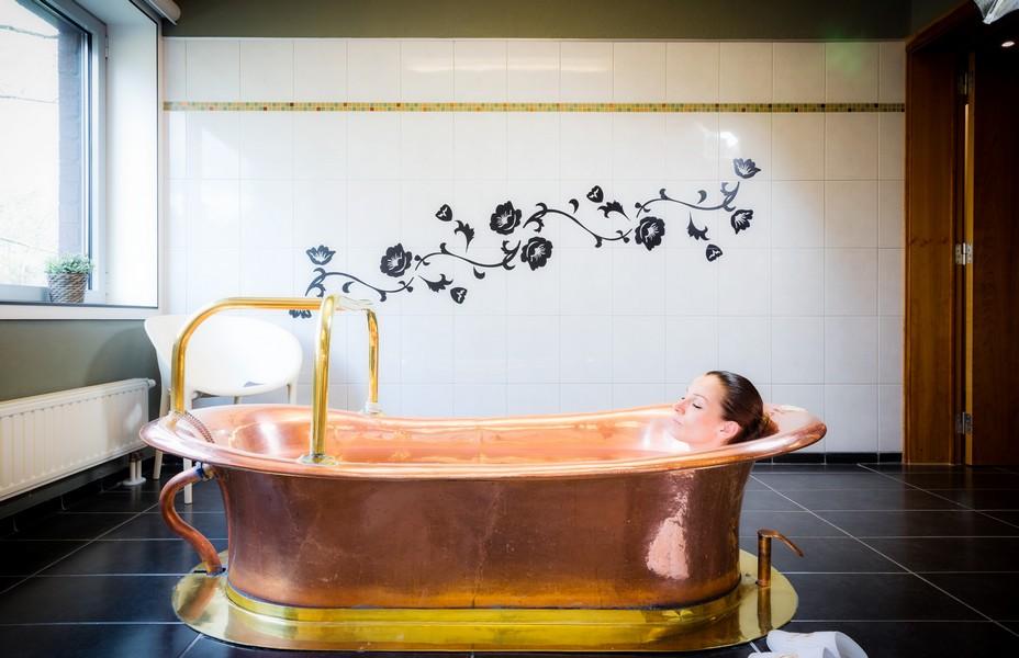 L'établissement dispose de cinquante-trois cabines de soins  avec  des baignoires en cuivre qui sont alimentées avec  l' eau Marie-Henriette. @  DR
