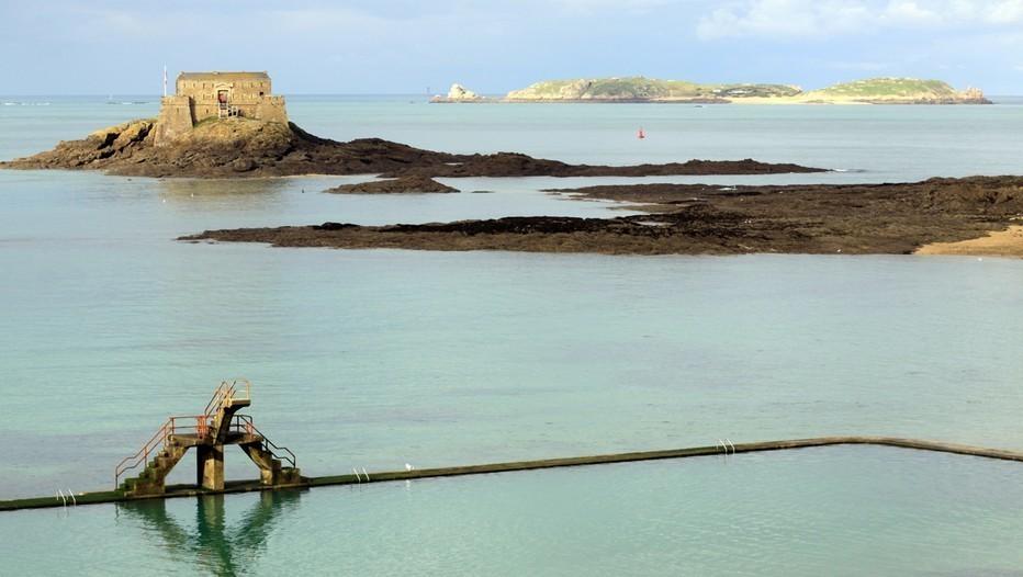 Vue du Petit Bé et de l'île de Cézembre depuis les remparts de Saint-Malo (crédit photo David Raynal)