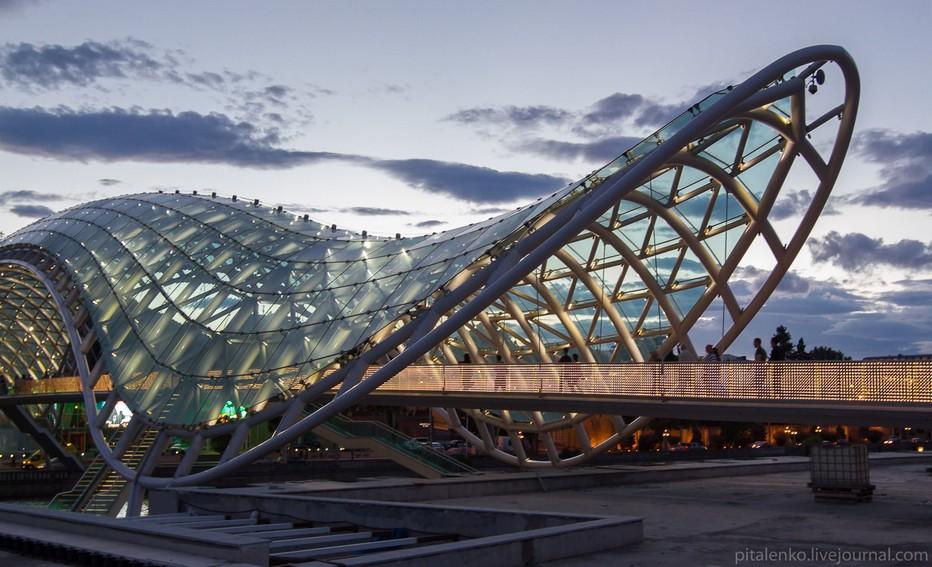le Pont de la Paix déroule son élégante passerelle de verre et d'acier, reliant les deux rives du Mtkavri. Dessiné par l'architecte Michele De Lucchi il a été inauguré par le président de la Géorgie Mikhaïl Saakashviliche le 6 mai 2010.. @ O.T. Georgie